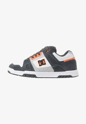 STACK - Skatesko - grey/orange