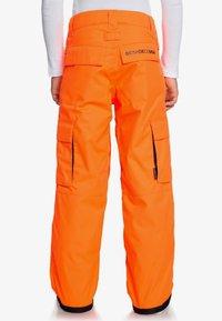DC Shoes - DC SHOES™ BANSHEE - SCHNEEHOSE FÜR JUNGEN 8-16 EDBTP03011 - Pantalon de ski - shocking orange - 1