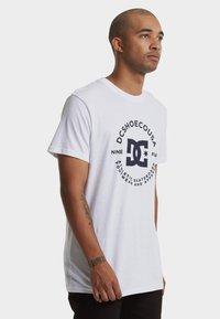 DC Shoes - REGULAR FIT - Print T-shirt - snow white - 3
