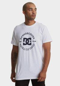 DC Shoes - REGULAR FIT - Print T-shirt - snow white - 0