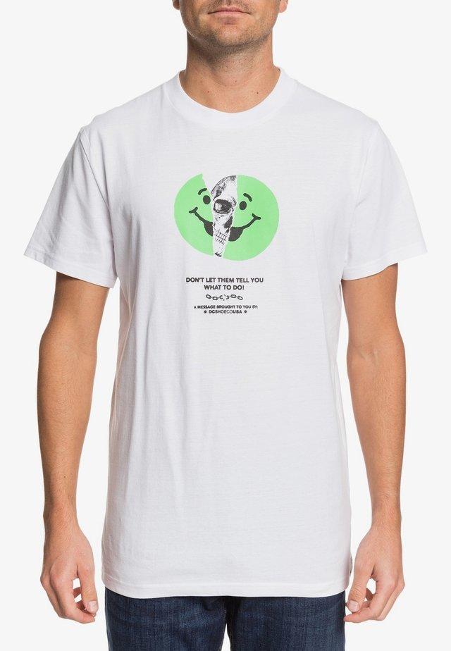 DC SHOES™ DON'T LET THEM TELL YOU - T-SHIRT FÜR MÄNNER EDYZT0408 - T-Shirt print - white