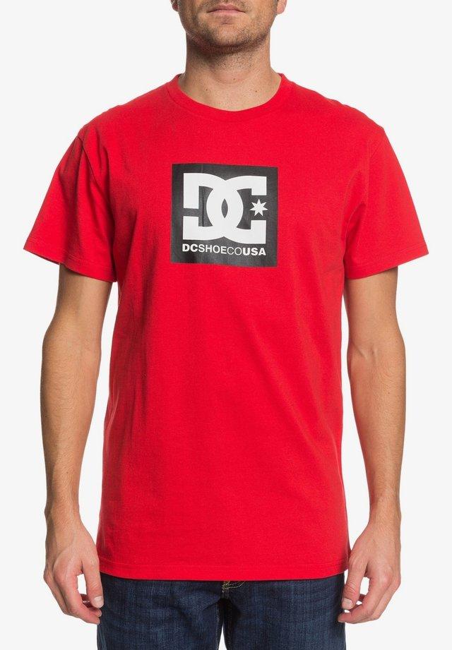 DC SHOES™ SQUARE STAR - T-SHIRT FÜR MÄNNER EDYZT04143 - T-Shirt print - racing red