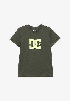 STAR BOY - T-shirt print - fatigue green/safety yellow