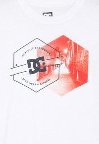 DC Shoes - KARVED CITY SS BOY - Camiseta estampada - snow white - 3