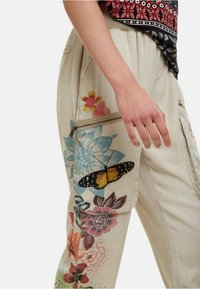 Desigual - PANT_EDDY - Spodnie materiałowe - brown - 3