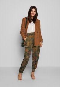 Desigual - PANT CORFU - Pantalon classique - verde bosque - 1