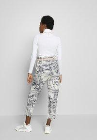 Desigual - PANT TROPICAL - Pantalones - crudo - 2