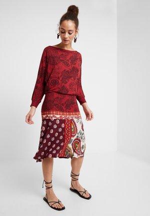 INDIRA - Jerseyklänning - borgona