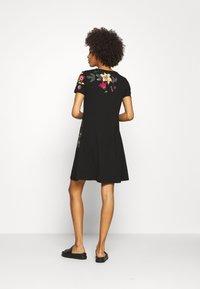 Desigual - CAROLINE - Sukienka z dżerseju - black - 2