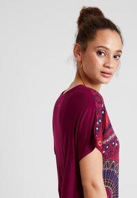 Desigual - LARISA - T-shirt imprimé - carmin - 4