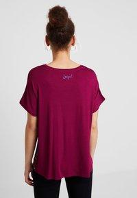 Desigual - LARISA - T-shirt imprimé - carmin - 2