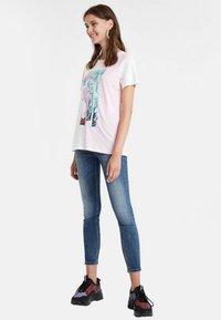 Desigual - PORTRAIT - T-shirt con stampa - white - 1