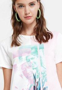 Desigual - PORTRAIT - T-shirt con stampa - white - 3
