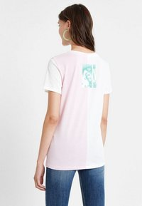 Desigual - PORTRAIT - T-shirt con stampa - white - 2
