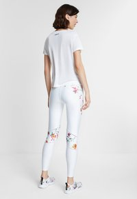 Desigual - TEE FRONT PLEATS GARDENS - T-shirt con stampa - white - 2