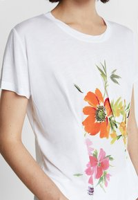 Desigual - TEE FRONT PLEATS GARDENS - T-shirt con stampa - white - 3