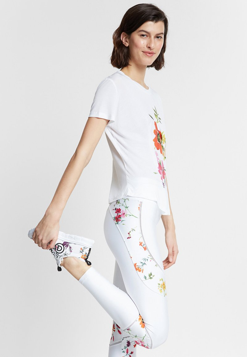 Desigual - TEE FRONT PLEATS GARDENS - T-shirt con stampa - white