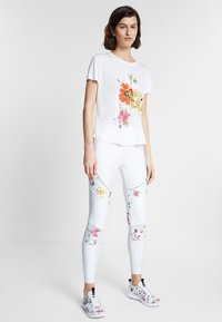 Desigual - TEE FRONT PLEATS GARDENS - T-shirt con stampa - white - 1