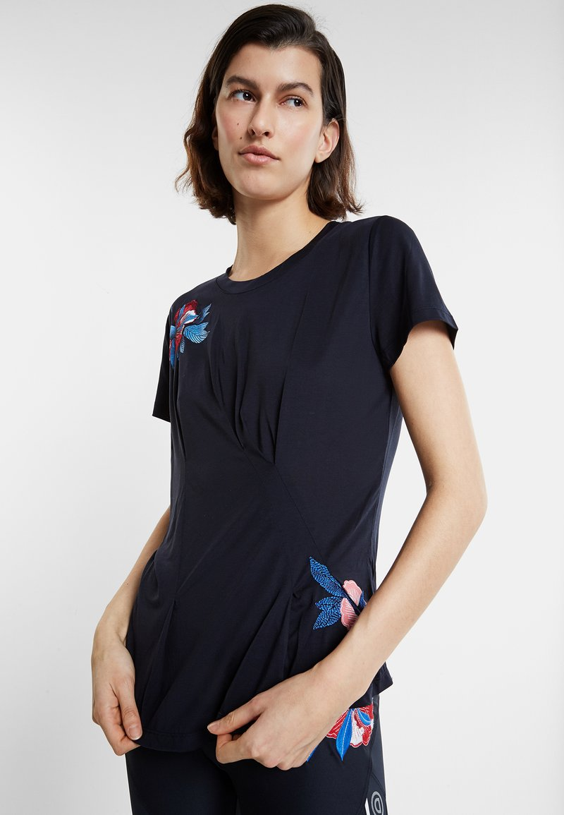 Desigual - TEE FRONT PLEATS JAPAN - T-shirt con stampa - blue