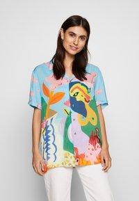 Desigual - CAM MAKAR DESIGNED BY MIRANDA MAKAROFF - Skjorte - azul palo - 0