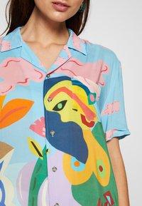 Desigual - CAM MAKAR DESIGNED BY MIRANDA MAKAROFF - Košile - azul palo - 5
