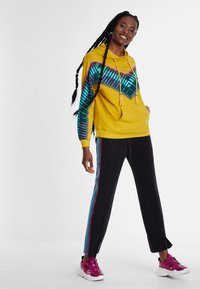 Desigual - PEPPERSS - Jersey con capucha - yellow - 1