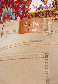 Desigual - PANT MIAMI COLORS - Jean slim - crudo beige - 4