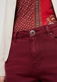 Desigual - PANT MIAMI COLORS - Jean slim - biking red - 6