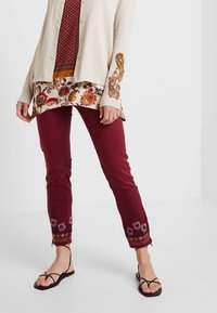 Desigual - PANT MIAMI COLORS - Jean slim - biking red - 2