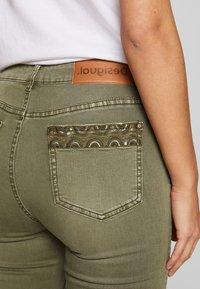 Desigual - PANT ONEIL - Jeans Skinny Fit - verde militar - 3
