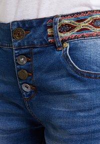 Desigual - LOVE HABANA - Shorts di jeans - denim medium wash - 7