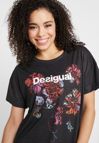 Desigual - TEE OVERSIZE PATCH - Camiseta estampada - black - 3