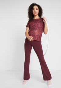 Desigual - TEE STRIPES PATCH - T-shirt print - ruby wine - 1