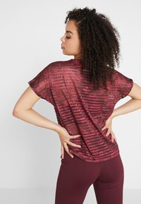 Desigual - TEE STRIPES PATCH - T-shirt print - ruby wine - 2