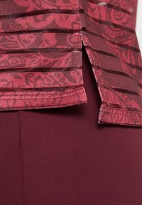 Desigual - TEE STRIPES PATCH - T-shirt print - ruby wine - 4