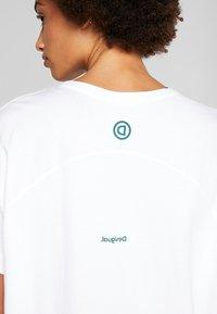 Desigual - OVERSIZE GARDENS LOGO - T-shirts med print - blanco - 5