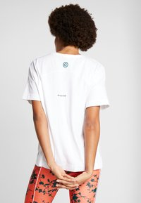 Desigual - OVERSIZE GARDENS LOGO - T-shirts med print - blanco - 2