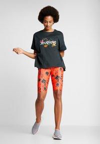 Desigual - CYCLING LEGGING STREET GARDEN - Sports shorts - sunset - 1