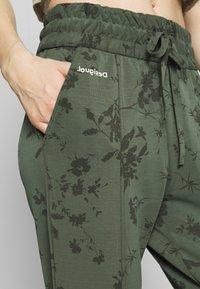 Desigual - PANT PINTUCK GARDENS - Pantalon de survêtement - caqui - 4