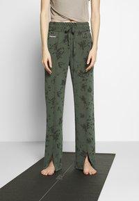 Desigual - PANT PINTUCK GARDENS - Pantalon de survêtement - caqui - 0