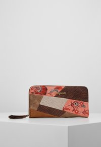 Desigual - MONE JAPAN PATCH ZIP AROUND - Portefeuille - marron - 0