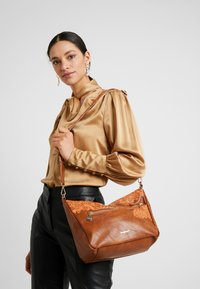 Desigual - BOLS MELODY HARRY MINI - Schoudertas - camel oscuro - 1