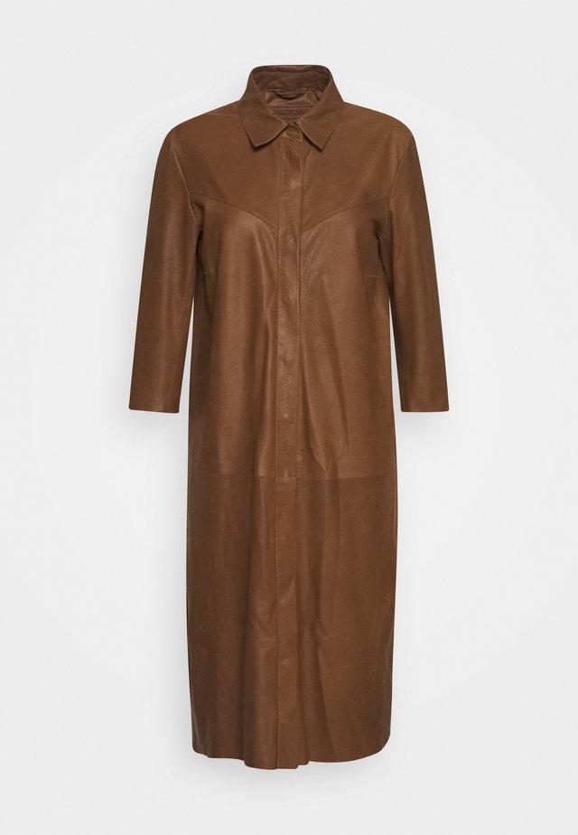 DRESS - Skjortklänning - tobacco