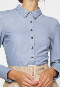 DEPECHE - BUTTONS - Camicia - shady blue - 5