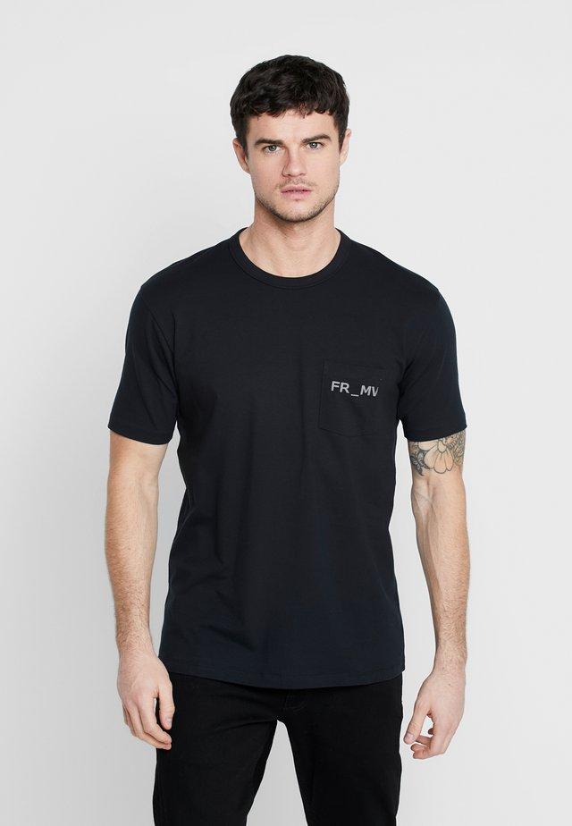 TEE - T-shirt z nadrukiem - black