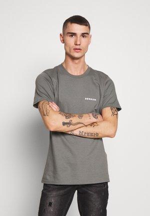 BRAND TEE - Print T-shirt - sedona sage grey