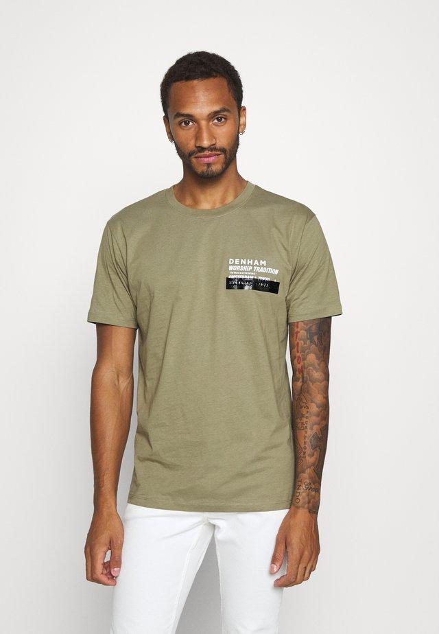 WORSHIP TRADITION TEE - T-shirt med print - mermaid green