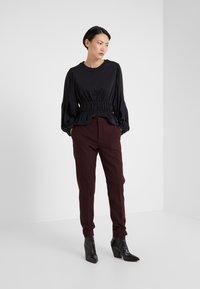 DESIGNERS REMIX - IVANA SUIT - Pantalon classique - rouge noir - 1