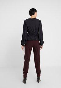 DESIGNERS REMIX - IVANA SUIT - Pantalon classique - rouge noir - 2