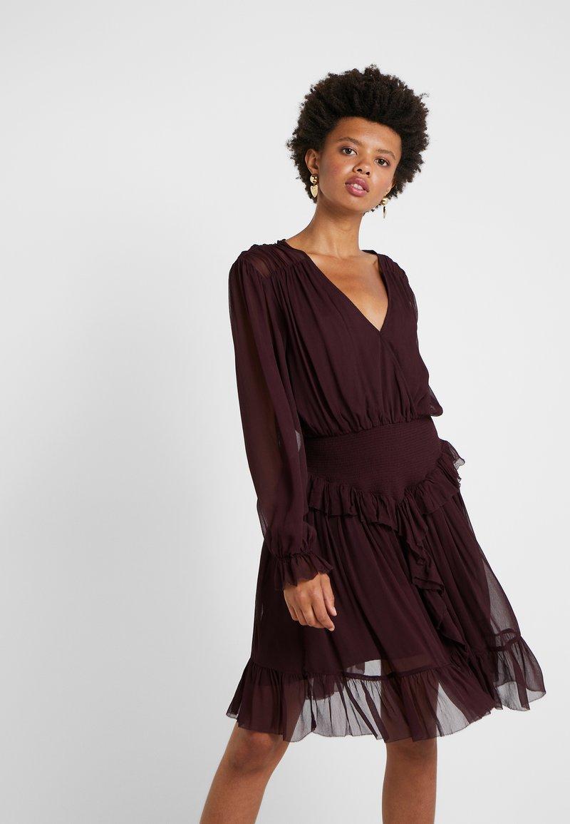 DESIGNERS REMIX - MINDY RUFFLE DRESS - Cocktailkjole - rouge noir